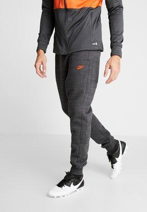 CHELSEA LONDON PANT - Klubové oblečení - anthracite/dark grey/rush orange