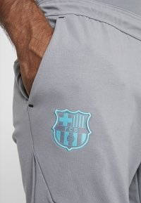 Nike Performance - FC BARCELONA PANT  - Article de supporter - smoke grey/cabana - 5