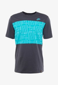 Nike Performance - FC BARCELONA TEE TRAVEL - T-shirt med print - cool grey - 4