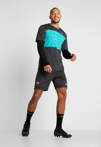 Nike Performance - FC BARCELONA TEE TRAVEL - T-shirt med print - cool grey - 1