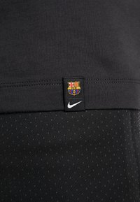 Nike Performance - FC BARCELONA TEE TRAVEL - T-shirt med print - cool grey - 5