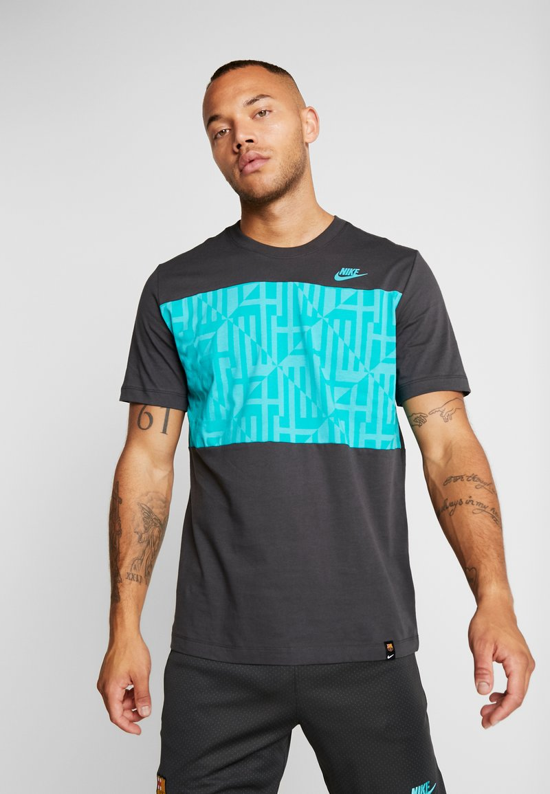 Nike Performance - FC BARCELONA TEE TRAVEL - T-shirt med print - cool grey