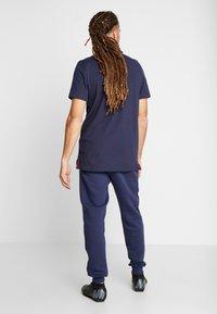 Nike Performance - PARIS ST GERMAIN PANT  - Pantalones deportivos - midnight navy/white - 2
