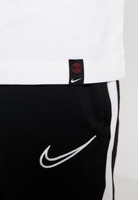 Nike Performance - PARIS ST GERMAIN TEE TRAVEL  - Klubbkläder - white