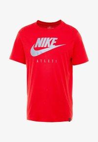 Nike Performance - DRY TEE GROUND  - Print T-shirt - sport red - 4