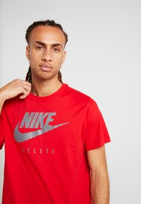 Nike Performance - DRY TEE GROUND  - Print T-shirt - sport red - 3