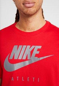 Nike Performance - DRY TEE GROUND  - Print T-shirt - sport red - 5