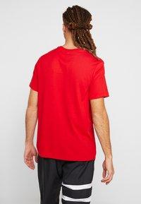 Nike Performance - DRY TEE GROUND  - Print T-shirt - sport red - 2