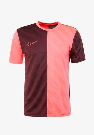 DRY ACADEMY - Print T-shirt - night maroon/racer pink