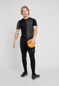 Nike Performance - DRY ACADEMY - Print T-shirt - black/anthracite - 1