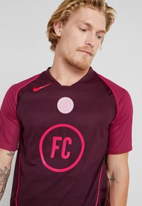 Nike Performance - FC HOME - Print T-shirt - night maroon/noble red/racer pink - 4