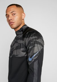 Nike Performance - THERMA SHIELD STRIKE - Fleece jumper - black/anthracite - 6