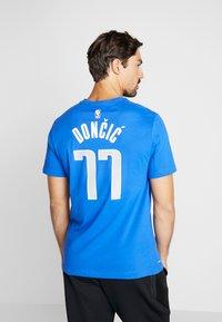 Nike Performance - NBA DALLAS MAVERICKS LUKA DONCIC NAME NUMBER TEE - Camiseta estampada - game royal - 2