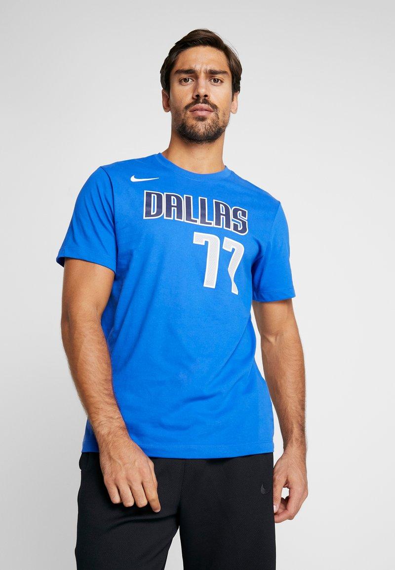 Nike Performance - NBA DALLAS MAVERICKS LUKA DONCIC NAME NUMBER TEE - Camiseta estampada - game royal