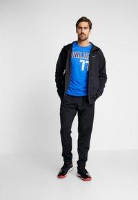 Nike Performance - NBA DALLAS MAVERICKS LUKA DONCIC NAME NUMBER TEE - Camiseta estampada - game royal - 1