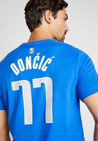 Nike Performance - NBA DALLAS MAVERICKS LUKA DONCIC NAME NUMBER TEE - Camiseta estampada - game royal - 3