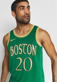 Nike Performance - NBA CITY EDITION BOSTON CELTICS GORDAN HAYWARD - Pelipaita - clover/club gold - 5