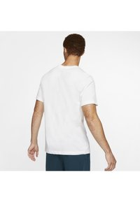 Nike Performance - DRY TEE DAZZLE CAMO - T-shirt med print - white/blue - 2