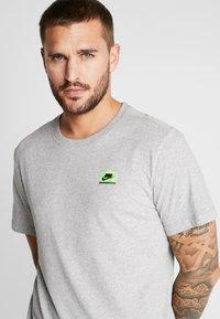 Nike Performance - DRY TEE  - Print T-shirt - grey heather - 4