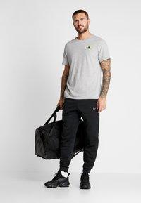 Nike Performance - DRY TEE  - Print T-shirt - grey heather - 1