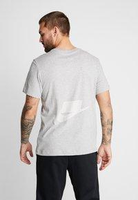 Nike Performance - DRY TEE  - Print T-shirt - grey heather - 2