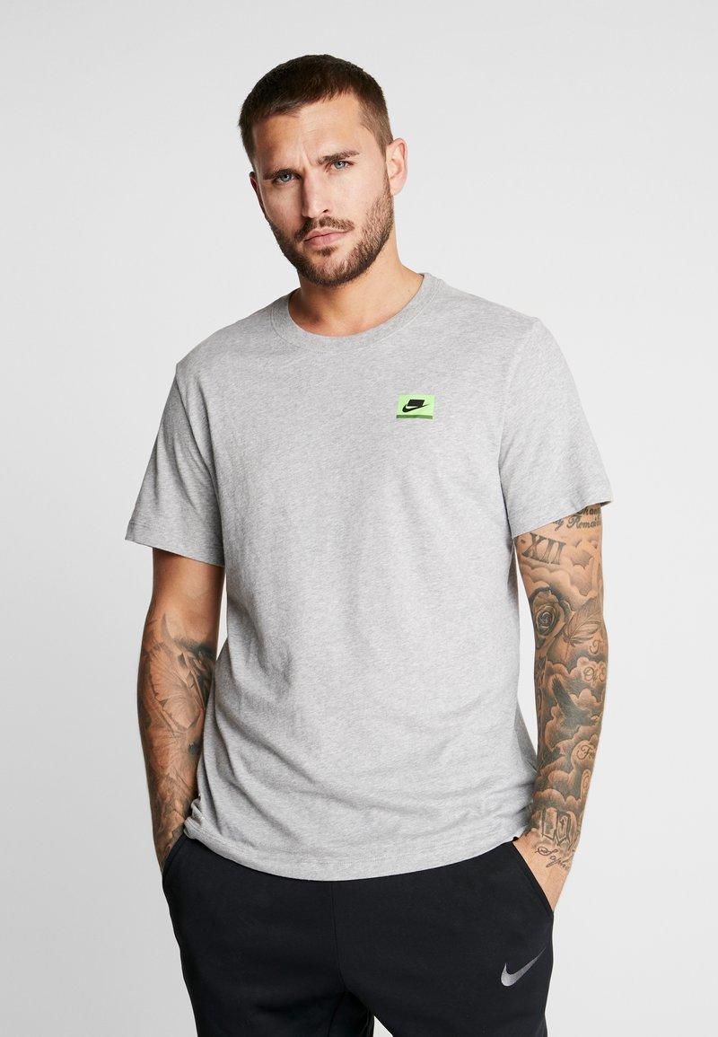 Nike Performance - DRY TEE  - Print T-shirt - grey heather