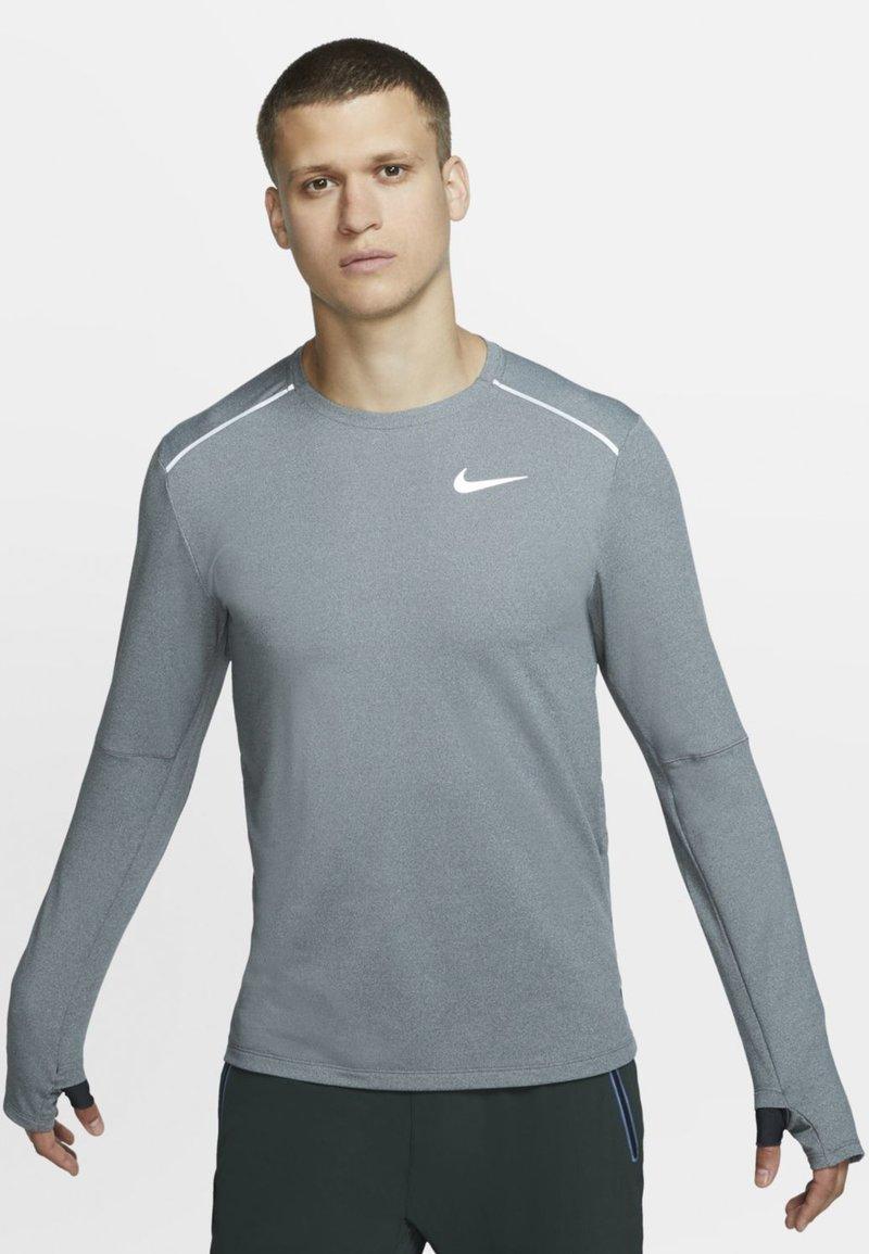 Nike Performance - CREW - Funktionstrøjer - dark smoke grey
