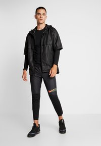 Nike Performance - CREW - Funktionsshirt - black/reflective silver - 1