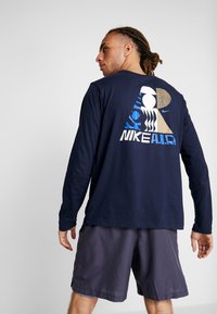 Nike Performance - DRY TEE AIR CODY - Funktionströja - obsidian - 2
