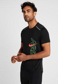 Nike Performance - BRTHE RISE - Camiseta estampada - black/reflective - 0