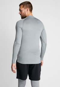 Nike Performance - PRO TIGHT MOCK - Camiseta de deporte - smoke grey/light smoke grey/black - 2
