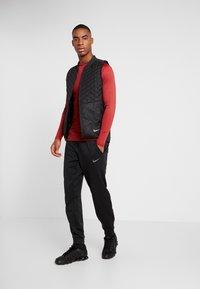 Nike Performance - PRO TIGHT MOCK - Camiseta de deporte - night maroon/university red/black - 1