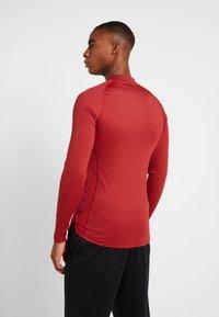 Nike Performance - PRO TIGHT MOCK - Camiseta de deporte - night maroon/university red/black - 2