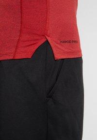 Nike Performance - PRO TIGHT MOCK - Camiseta de deporte - night maroon/university red/black - 5
