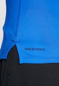 Nike Performance - PRO TIGHT MOCK - Funktionsshirt - game royal/black - 5