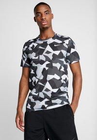 Nike Performance - DRY TEE LEG DAZ CAMO  - Camiseta estampada - grey/black - 0
