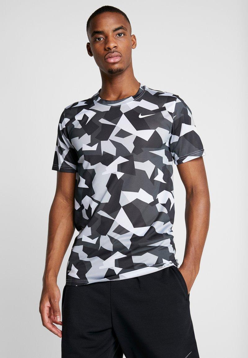 Nike Performance - DRY TEE LEG DAZ CAMO  - Camiseta estampada - grey/black