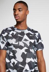 Nike Performance - DRY TEE LEG DAZ CAMO  - Camiseta estampada - grey/black - 4