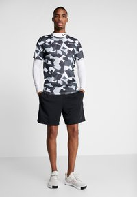 Nike Performance - DRY TEE LEG DAZ CAMO  - Camiseta estampada - grey/black - 1