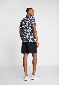 Nike Performance - DRY TEE LEG DAZ CAMO  - Camiseta estampada - grey/black - 2