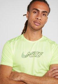 Nike Performance - MILER FLASH - T-shirt print - barely volt/silver - 6