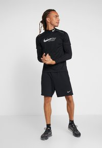 Nike Performance - MILER FLASH - Camiseta estampada - black/silver - 1