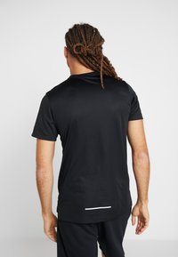 Nike Performance - MILER FLASH - Camiseta estampada - black/silver - 2