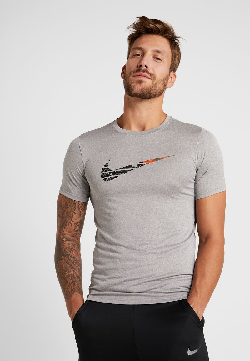 Nike Performance - TEE - T-shirt imprimé - grey heather