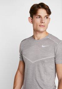Nike Performance - TECHKNIT ULTRA - T-shirt imprimé - gunsmoke/atmosphere grey/silver - 3