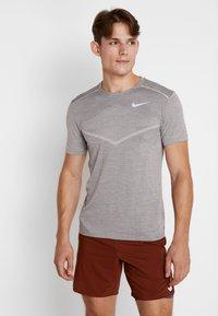 Nike Performance - TECHKNIT ULTRA - Camiseta estampada - gunsmoke/atmosphere grey/silver - 0