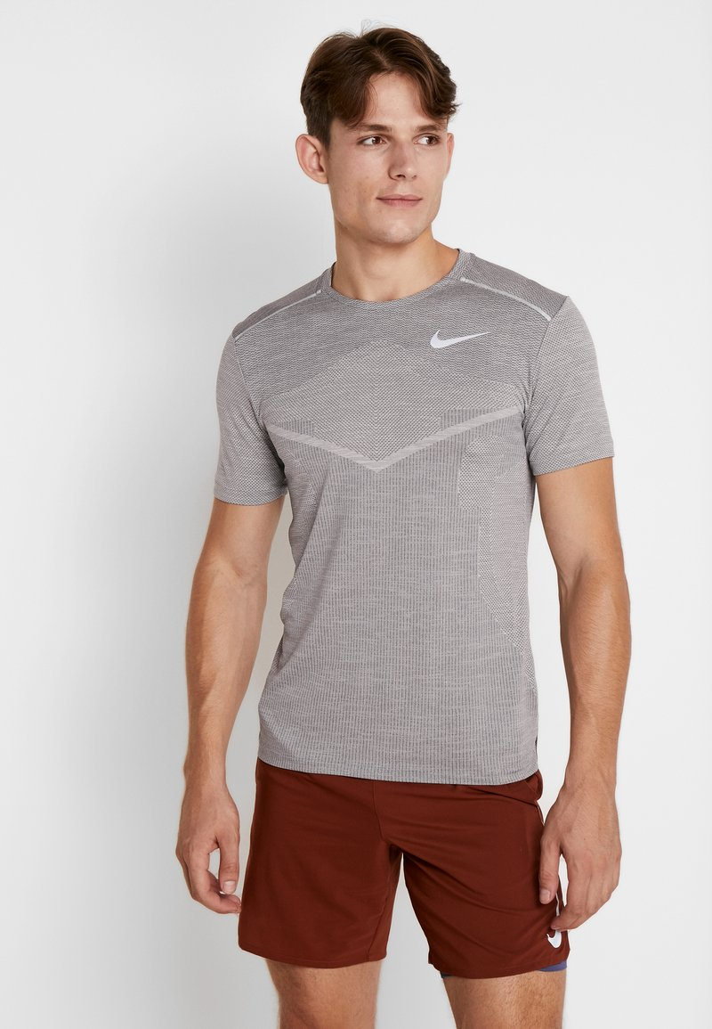 Nike Performance - TECHKNIT ULTRA - T-shirt med print - gunsmoke/atmosphere grey/silver