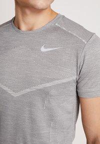 Nike Performance - TECHKNIT ULTRA - Camiseta estampada - gunsmoke/atmosphere grey/silver - 6