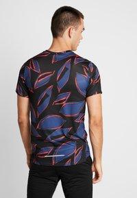 Nike Performance - MILER FIESTA FLORAL - T-shirt print - mystic navy/reflective silver - 2