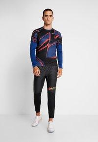 Nike Performance - MILER FIESTA FLORAL - T-shirt print - mystic navy/reflective silver - 1